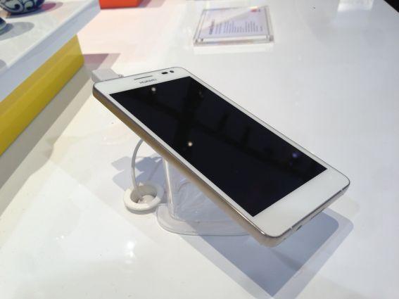 Un iPhone 5 ? Un nouveau smartphone Samsung ? Non, un petit mix signé du chinois Huawei. Voici l'Ascend D2, quad core, écran 5 pouces IPS Super Retina (443 ppi), appareil photo de 13 Mpix, 2 GB de RAM, batterie de 3000 mAh (!), résistant à la poussière et aux projections d'eau, Android 4.1, Dolby Surround et aux dimensions de 140x71x9,4 mm. Bref, une petite bombe qui méritera un test s'il est un jour lancé en France. Photo : F.Santrot/Metro