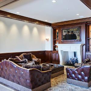 Une salle familiale équipée par Cantara Design Group, avec enceintes architecturales et contrôle de l'éclairage.