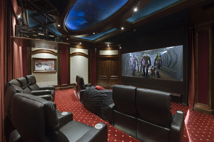 Une salle home cinema doublée d'un simulateur de golf, le tout piloté par Elan