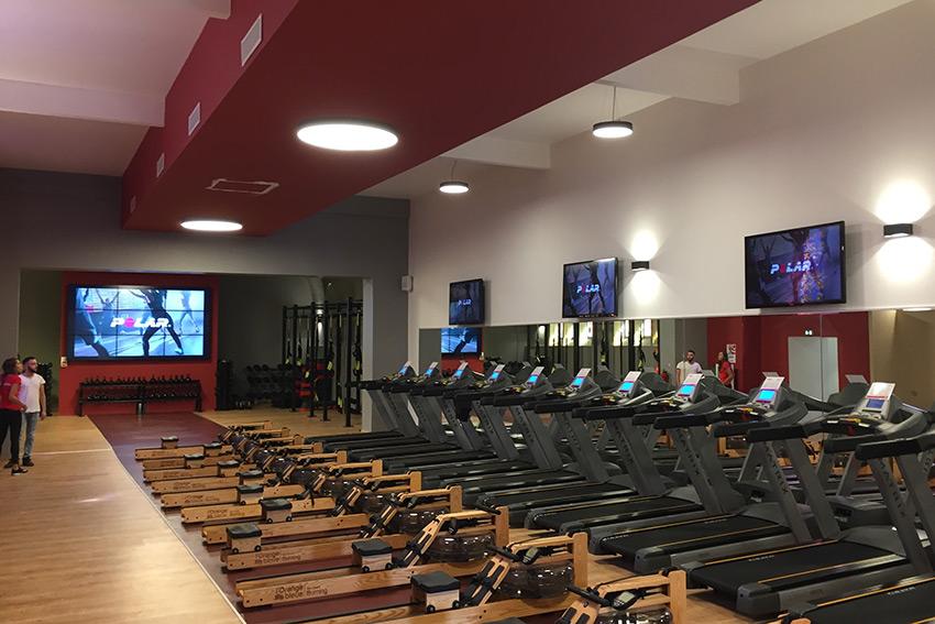 L'installation du mois : une ancienne chapelle transformée en salle de fitness reçoit de multiples écrans