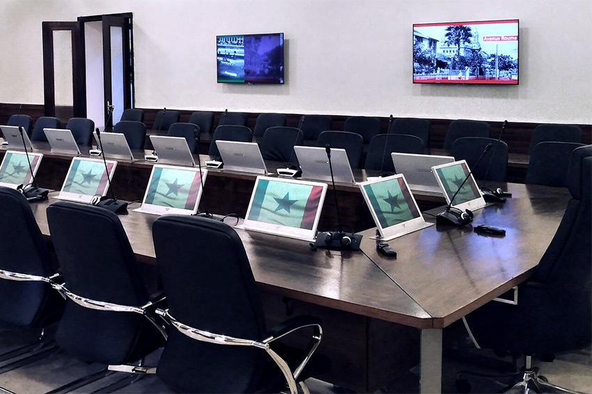 La salle de conférence du Département d'Etat du Sénégal est équipée en écrans rétractables Element One Convers 185