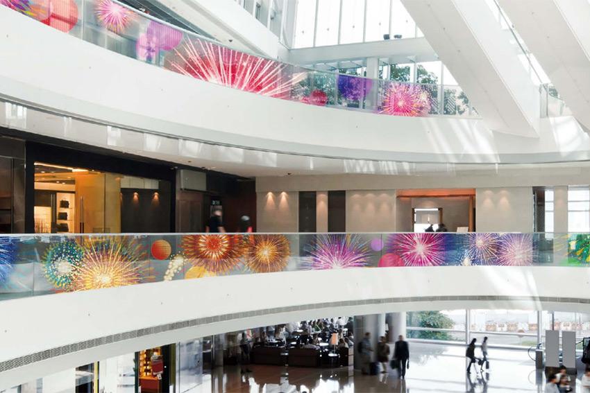 Réalisez des surfaces d'affichage originales grâce au film LED transparent LG LAT240