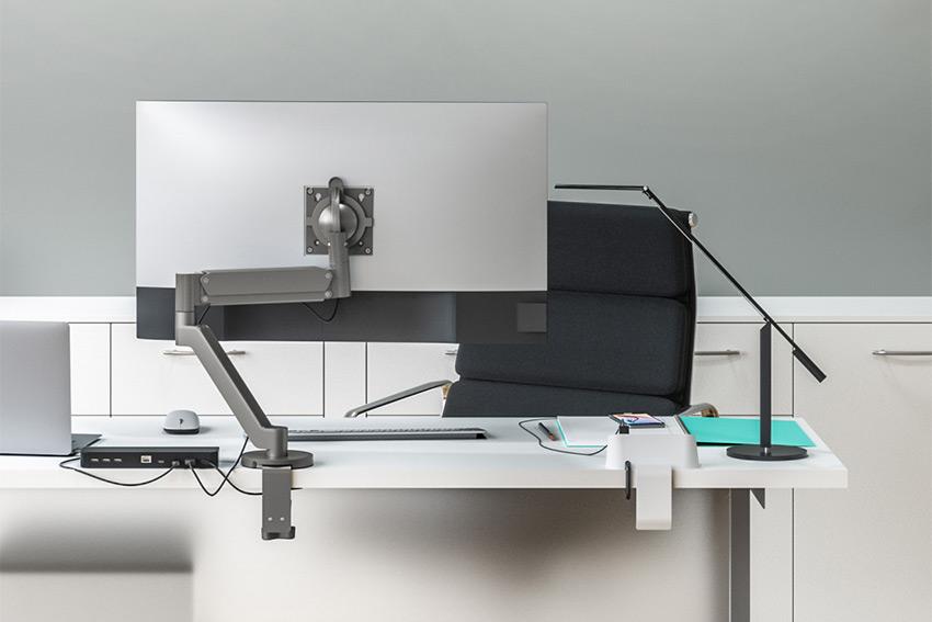 Chief Koncis : des supports de table élégants et orientable tout en douceur pour 1 ou 2 moniteurs