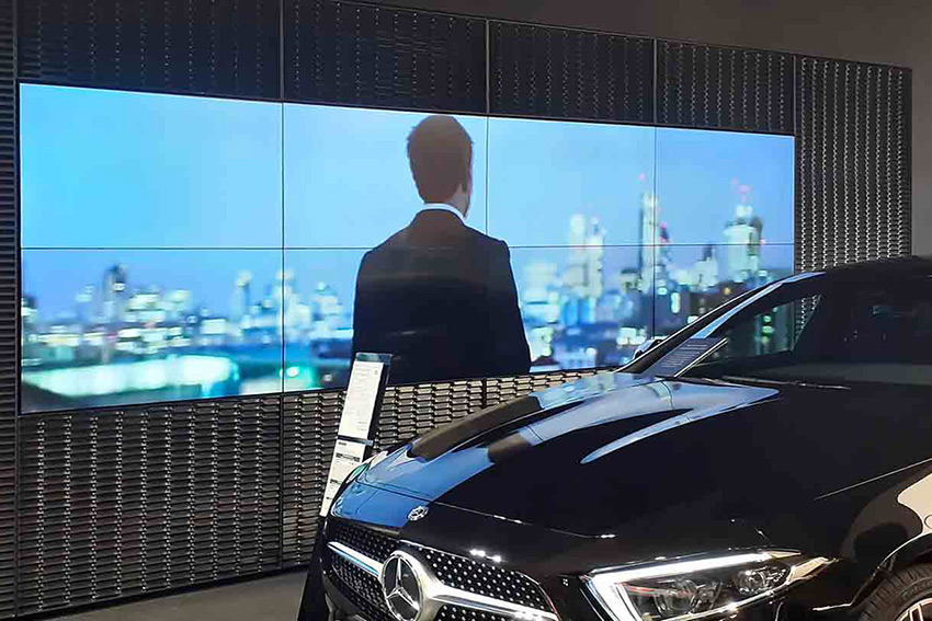 Un mur LED dans une concession Mercedes avec le moniteur AG Neovo PN-55D